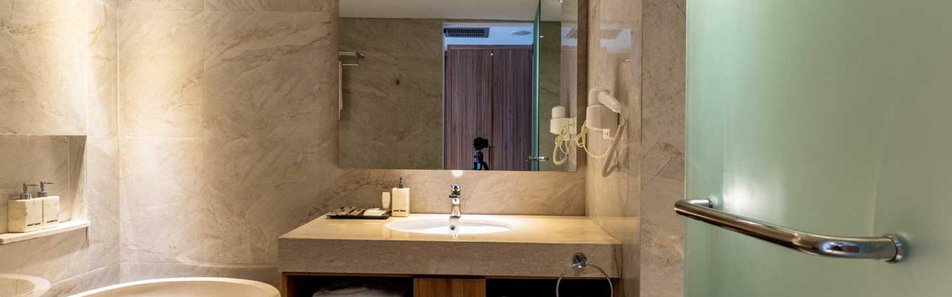 Capital Hotel Grand Deluxe Bath Room